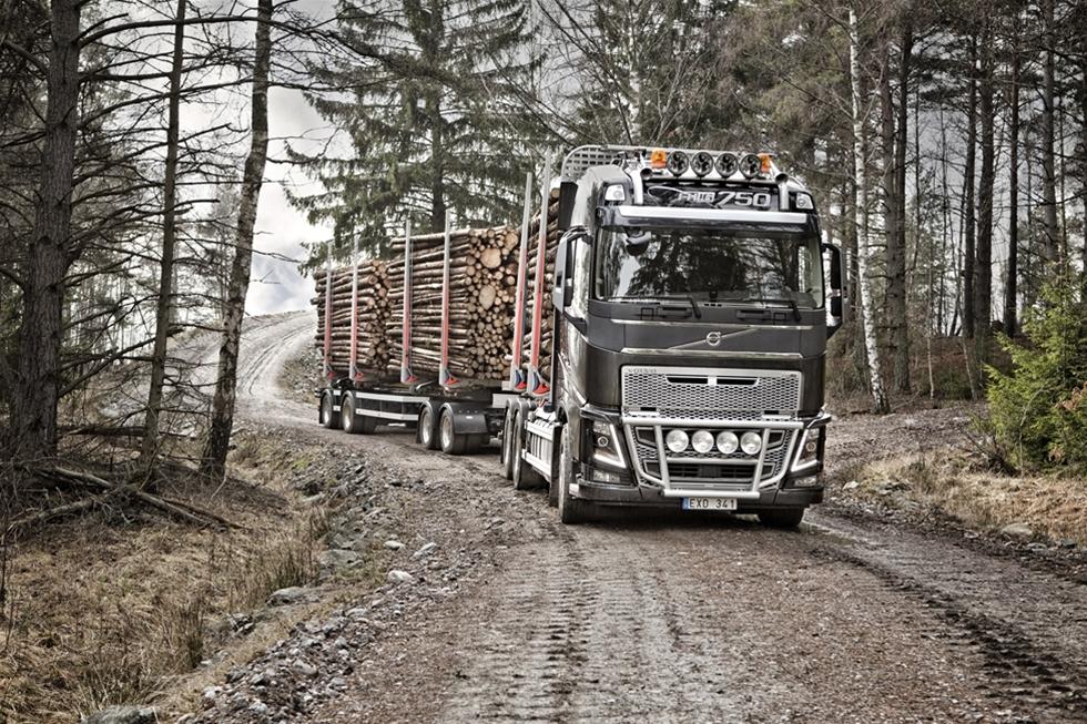 Det råder ingen tvekan om att det var ett viktigt besked för svensk åkerinäring. Och därmed Sverige som industrination. Allt talar nu för att våra långa lastbilar får rulla vidare i oförminskad längd. - Hur skulle vi annars kunna ha en stark skogsindustri, hur skulle vi klara andra industribranschers transportbehov om vi inte fick använda de långa lastbilarna, säger Marita Ulvskog (S) i en kommentar till Åkeri & Transport.