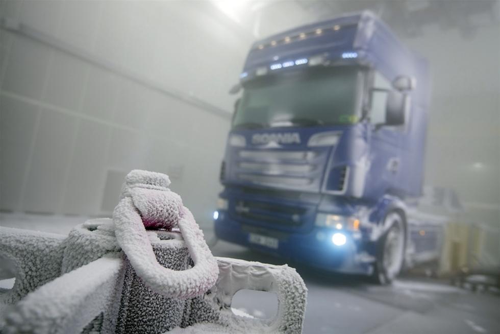 """Scania utvecklar fordon för användning i hela världen. Den nya klimattunneln i Södertälje ser till att simulera väderfenomen så att fordonen kan utvecklas till att fungera optimalt under alla väder- och temperaturförhållanden. Vi här i Europa ser oss ofta själva som i centrum av allt. Lite som att fungerar lastbilarna här, så klarar de med största sannolikhet också uppdragen i världens """"ytterområden"""". Den teorin håller dock bara delvis. Och det vet naturligtvis fordonstillverkarna."""