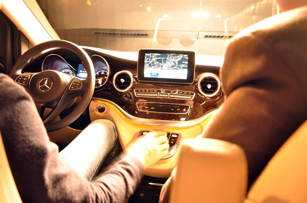 När Mercedes presenterar den tredje stora omgörningen av sin Viano, så är det omöjligt att inte förknippa den med lyx, komfort och exklusivitet. En redan exklusiv bilmodell har blivit ännu mer exklusiv. - Rätt uppfattat, säger Frank Braband, försäljnings- och servicemarknadsdirektör kommersiella fordon Mercedes-Benz Sverige AB. Och samtidigt byter vi namnet från Viano till nygamla V-klass. Och det finns en baktanke med det.