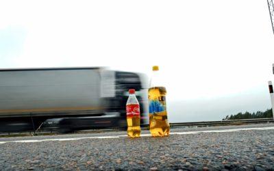Plastflaskor med urin utefter vägarna