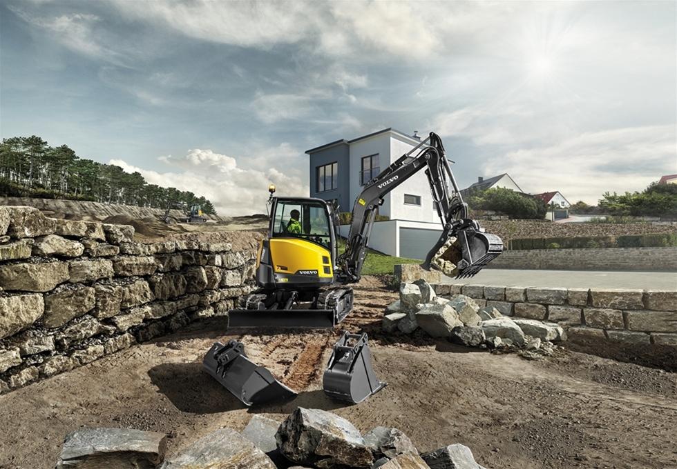 Volvos grävmaskin ECR50D med kompakt kort svängradie är en kraftfull maskin som är idealisk för förberedelse av byggplats, markarbete för anläggningar och arbetskraft.