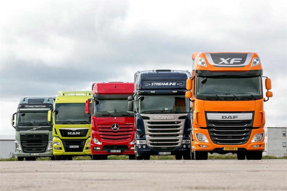 """Vi har jämfört fem Euro 6-lastbilar och kan konstatera att även om emissionsutrustningen är både tung och dyr så finns det också många fördelar. Den första """"1.000-poängstesten"""" med Euro 6 fordon har vi väntat på med spänning. Kommer de skärpta Euro 6-reglerna att resultera i en märkbart ökad bränsleförbrukning, och kommer det att ske en utjämning mellan topp och botten? Eller kommer skillnaderna mellan de bästa lastbilarna och skiktet därunder att öka?"""
