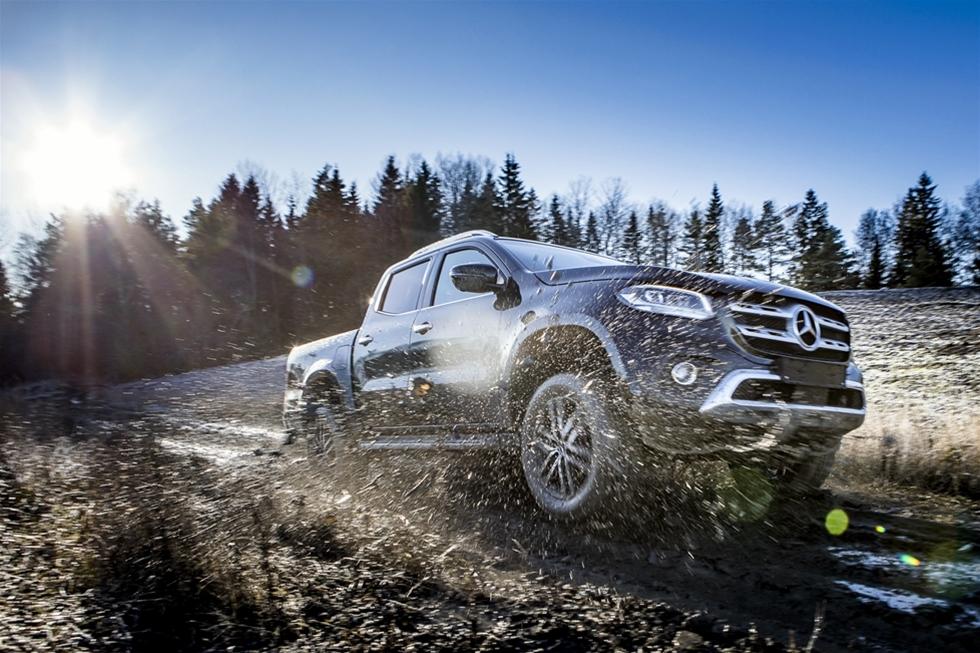 """Mercedes i Sverige ser den gärna som den första premiumpickupen på den svenska marknaden. Det finns nog ett antal andra tillverkare, som vill ha ett ord med i laget, när det gäller den saken – men visst tillför Mercedes X-Klass en stor dos kvalitet och lyx till svenska hantverkare, lant- och skogsbrukare, friluftälskare och övriga """"märkestrogna"""". – Men den största vinsten kanske är att vi nu kan erbjuda storkunder ett komplett program, från minsta personbil till största lastbil, inklusive denna fantastiska pickup."""