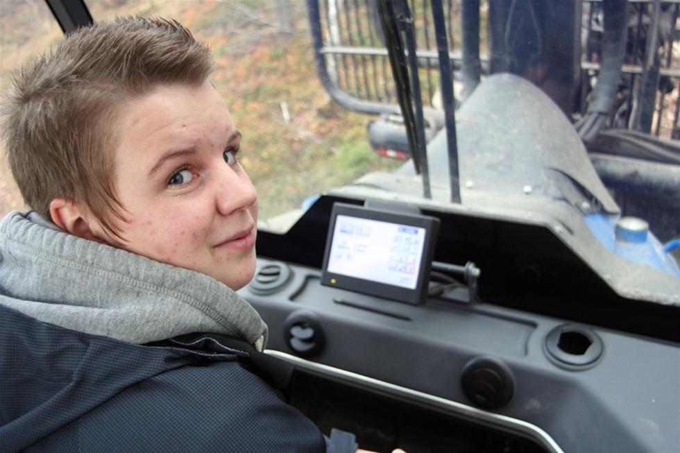 Skitigt, tungsamt och bara för grabbar. Fördomarna mot skogsbruksskolorna är många. Vi har träffat Emilia Persson, sista-årselev som slår hål på dem och jobbar aktivt för att fler tjejer ska välja att utbilda sig inom skogsvård.