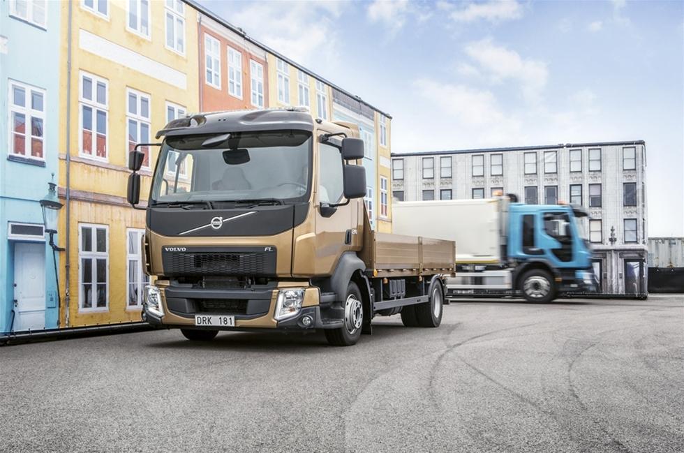 """Volvo Lastbilar har utnyttjat skiftet till Euro 6 för att lansera viktiga tekniska nyheter för både FL och FE. Hittills har inte Volvo FL utmärkt sig speciellt i viktklassen på 12 tons totalvikt och lägre. Bara då man för några år sedan valde bort att använda den annars så utmärkta  4-cylindriga Deutz-motorn och därmed signalerade att här var """"botten"""" för Volvo – en Volvo lastbil har en sexcylindrig motor."""