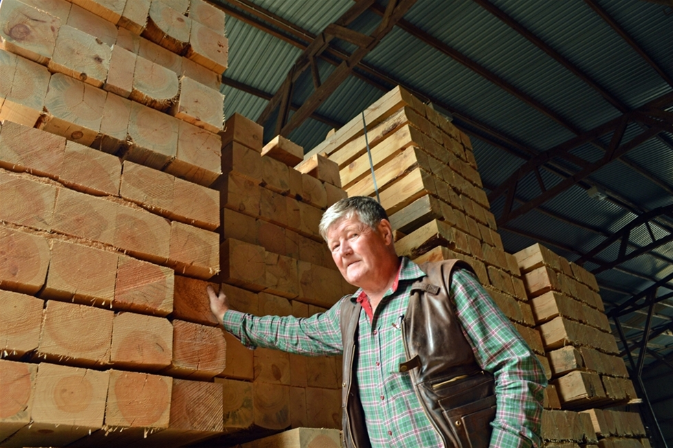 – Vi är med på de flesta stora byggprojekt, säger Lennart Hermansson, 59. Mattorna, som består av sammansatta stockar, används även i andra sammanhang. Exempelvis som väggar och golv på lastfartyg.