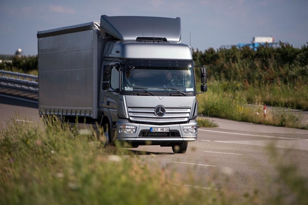 Daimler har höjt  kvalitétsnivån minst ett par steg, på den nya Mercedes-Benz Atego. Under  ett år när alla konkurrenterna lanserar stora nyheter i denna klass,  var det naturligtvis helt nödvändigt. Jag vet inte  om det är den viktigaste parametern, för att mäta dett faktum - men det  första man slås av är att ljudnivån i bilen är klart lägre och därmed  klart bättre. Det kan ju vara ett mått på kvalitet, det också.