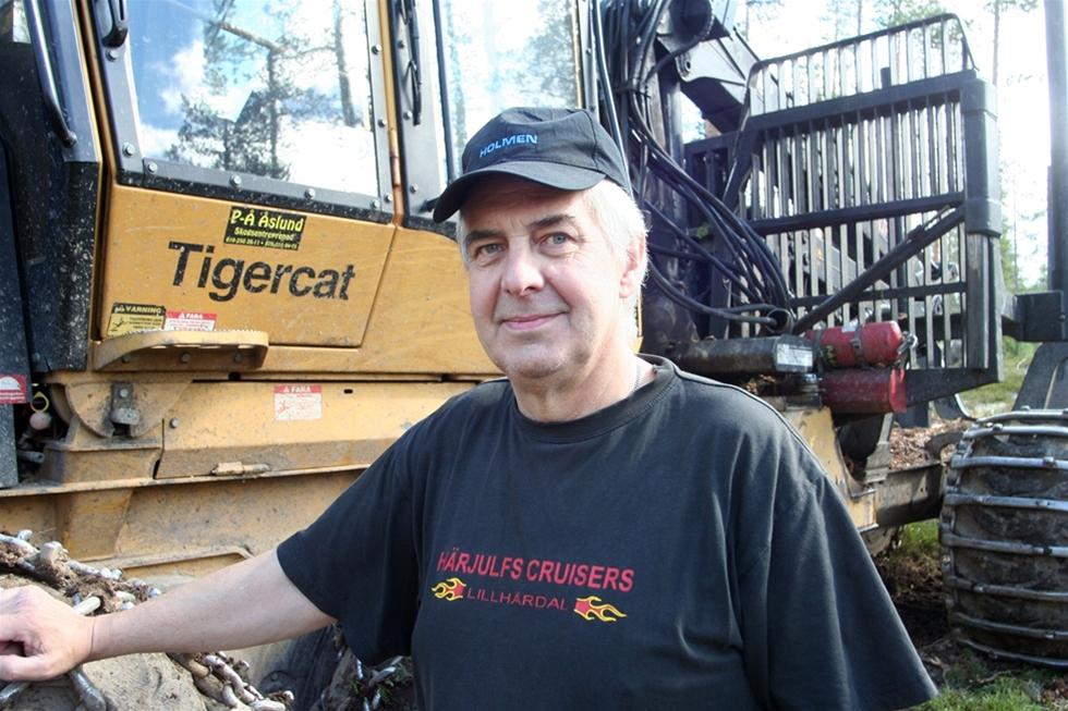 Hela sitt vuxna liv har Per-Åke Åslund tillbringat i skogen. Grannen lärde honom att köra traktor eftersom farsgubben inte var det minsta intresserad av maskiner. Idag skotar han virke med sin Tiger Cat och hoppas på en ljusning i branschen.