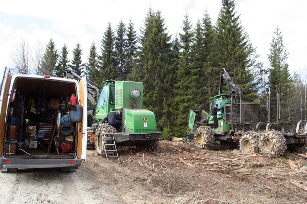 Vårfåglarna kvittrar öronbedövande när Jan-Arne Larsson anländer med sin servicebuss till skogarna i Naggen. Han tar fram bullar och bjuder laget runt, de pratar ett tag om hur maskinerna går medan solen värmer i nacken. - Det här är varför jag trivs så bra med mitt jobb, man får vara ute och träffar massor med trevliga människor, säger Jan-Arne Larsson, mekaniker.