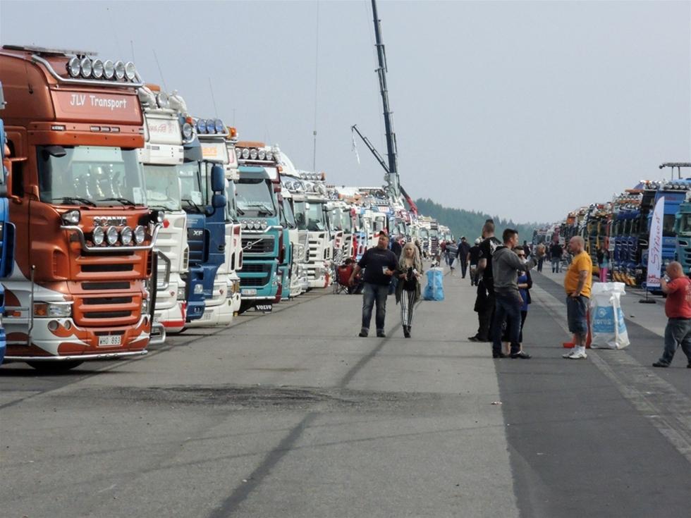 Fantastiska lastbilar i långa rader. Därtill alla glada människor. Strängnäs Truckmeet blev en riktig folkfest för all i branschen. 297 bilar rullade in på det gamla flygplatsområdet Malmby Fairground. – Det är 30 fler än förra året. Ännu fler var anmälda, men i den här branschen är det naturligt att det blir avhopp in i det sista. När plikten kallar är det bara att ge sig ut på vägarna, säger Valle Jensen, en av entusiasterna bakom Strängnäs Truckmeet.