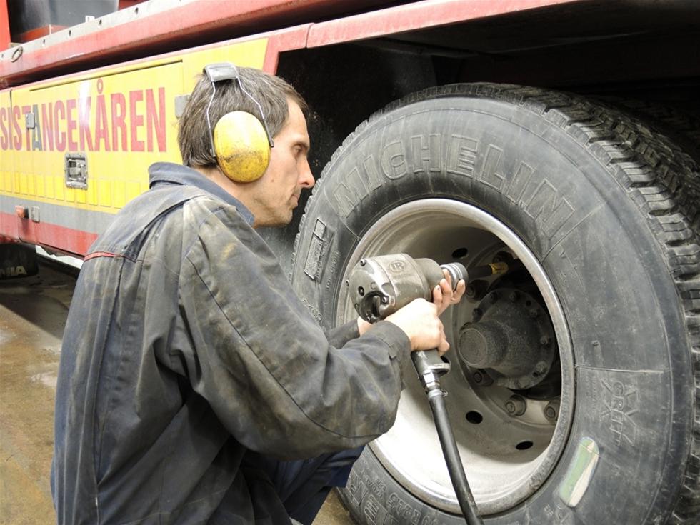 Under vintern har det varit flera fall varje månad där bussar och lastbilar tappar hjul. När det händer är det många herrelösa kilon som gör vådafärder i hög hastighet. Av ren tur kan det sluta lyckligt, men det finns många exempel där lösa hjul leder till allvarliga olyckor. En effektiv åtgärd är att inte slarva med efterdragningen. Likaså att chauffören kontinuerligt kontrollerar sitt fordon.