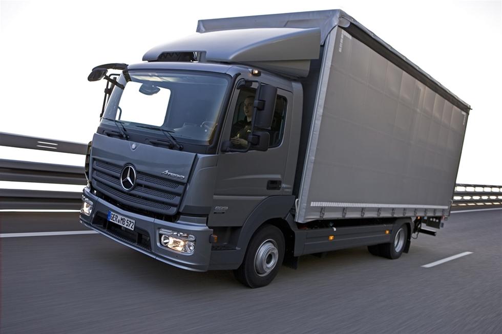 Mercedes Atego blev den sisten ut i raden av Daimlers Euro 6-uppdateringar och det blev samtidigt en uppvisning i konsten att begränsa sig. Daimler avrundar nu sin Euro 6-förnyelse av hela lastbilsprogrammet med att presentera nya Mercedes-Benz Atego som täcker viktklassen från 6,5 till 16 ton totalvikt. Då stilen från Actros, Antos och Arocs skulle föras vidare kunde man förvänta sig en ny och avancerad Atego med en mängd avancerade nyheter för detta lastbilssegment. Så blev det också, men bara till viss del.