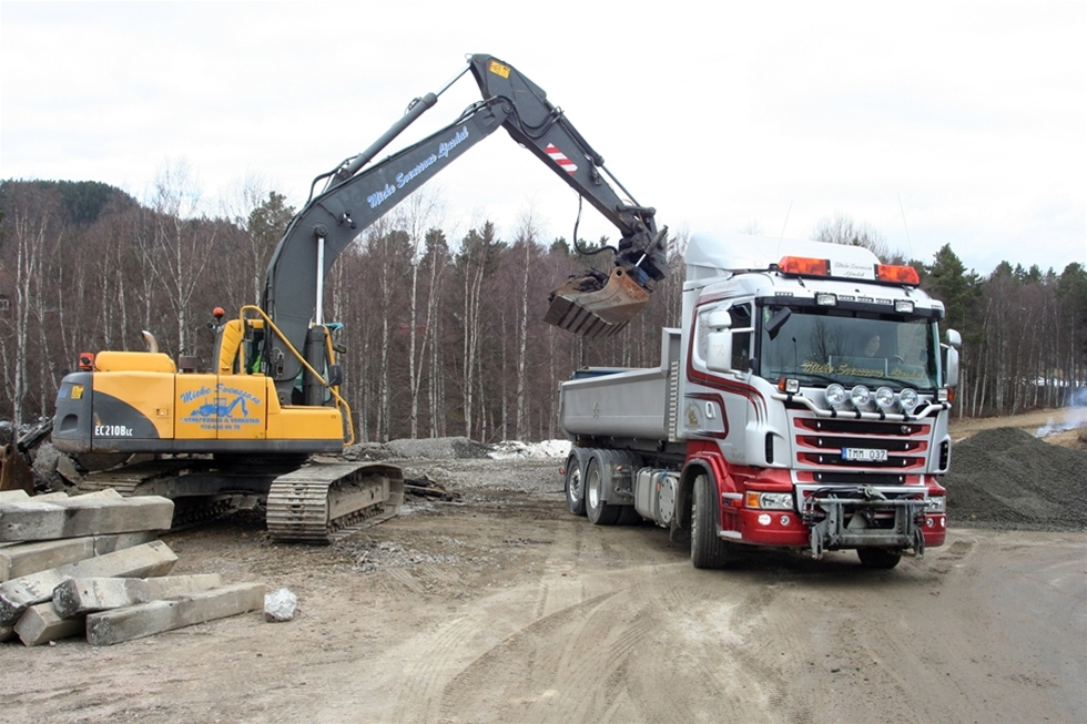 Maria rattar vant sin Scania R 500 upp genom berget på den leriga slingriga vägen. Hon är på väg till Dynamitkällan för att lasta grus för ett vägbygge. Hon föddes i en lastbil och skulle aldrig drömma om att jobba med annat. - Det är en livsstil helt enkelt.