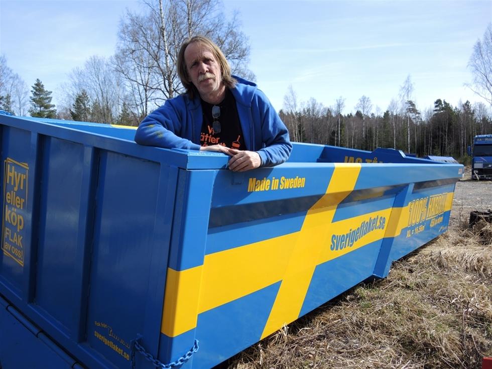 """Lastväxlarflak ger närmast oändliga möjligheter. Det passar Stig """"Stigge"""" Andersson. Han låter sig inte stoppas av vad som gjorts hittills. Utmaningar hör liksom livet till. Det blir roligare och mer spännande så, resonerar han. Sedan han startade tillverkning av lastväxlarflak har nyheterna duggat tätt. Stigge visar att det alltid finns mer att utveckla, både i stort och i detaljer."""
