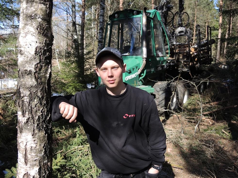För Rikard Klarén, 19 år, är yrkesvalet givet. Han vill köra i skogen. – Det är stort, maffigt och låter mycket. Jag gillar även att det är ett självständigt arbete. Och så har man en fantastisk arbetsplats.