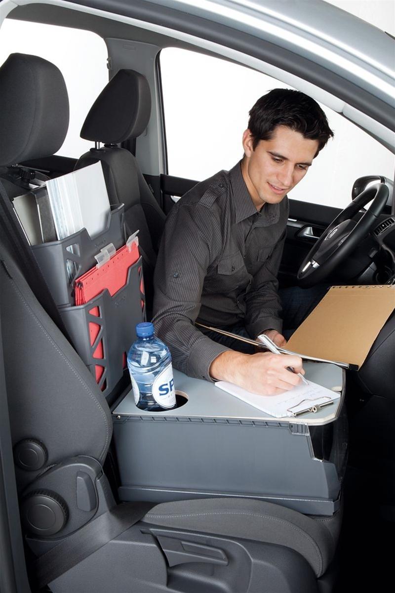 Många yrkesgrupper tillbringar en stor del av arbetsveckan bakom ratten i en servicebil, och det ställer höga arbetsmiljömässiga krav på hur förarhytten organiseras. Särskilt viktigt är det att förarsätet ställs in korrekt och att de rätta ergonomiska måtten säkerställs.