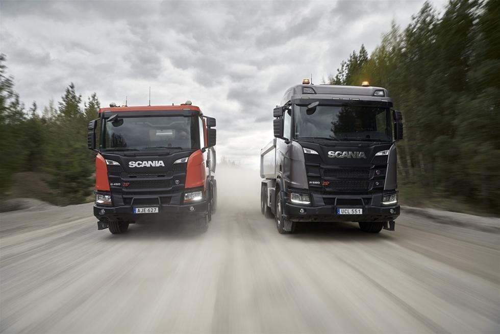 Vi anade väl att något riktigt stort var på gång, vi som var på plats när Scania lanserade sin nya generation lastbilar i Paris för ganska jämnt ett år sedan. Visst blev det omedelbar succé - på scen, hos handlarna och hos användarna. Och tacka sjutton för det, med en investering i storleksordning 20 miljarder som solid grund. Nu fortsätter Scania med stentuffa nya Scania XT-serien. Kort sagt, Scania täpper till den ena luckan efter den andra i sitt program.