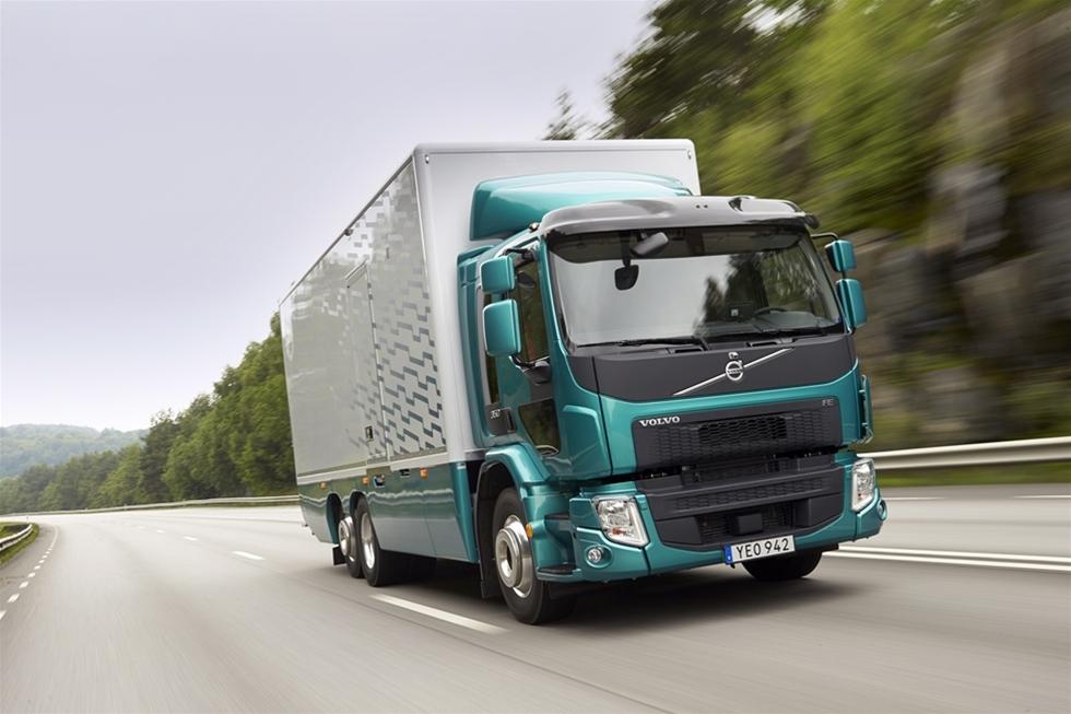 Volvo FE-350 6x2 är en modern distributionsbil med en effektiv drivlina, som har ofta avslutar dagens rutt lite tidigare än konkurrenterna. Till skillnad från åren dessförinnan har det varit ett ganska magert år för Volvo Lastvagnar, om vi ser till floden av nyheter. Största nyheten kanske ändå var att Volvo FE fick sin motor lite vässad, så den nu levererar 350 hästar jämfört med 320 tidigare. När samtidigt momentet har ökad från 1 200 Nm till 1 400 Nm, så har den snabba och bekväma distributionsbilen med ens blivit ännu kvickare och bättre.