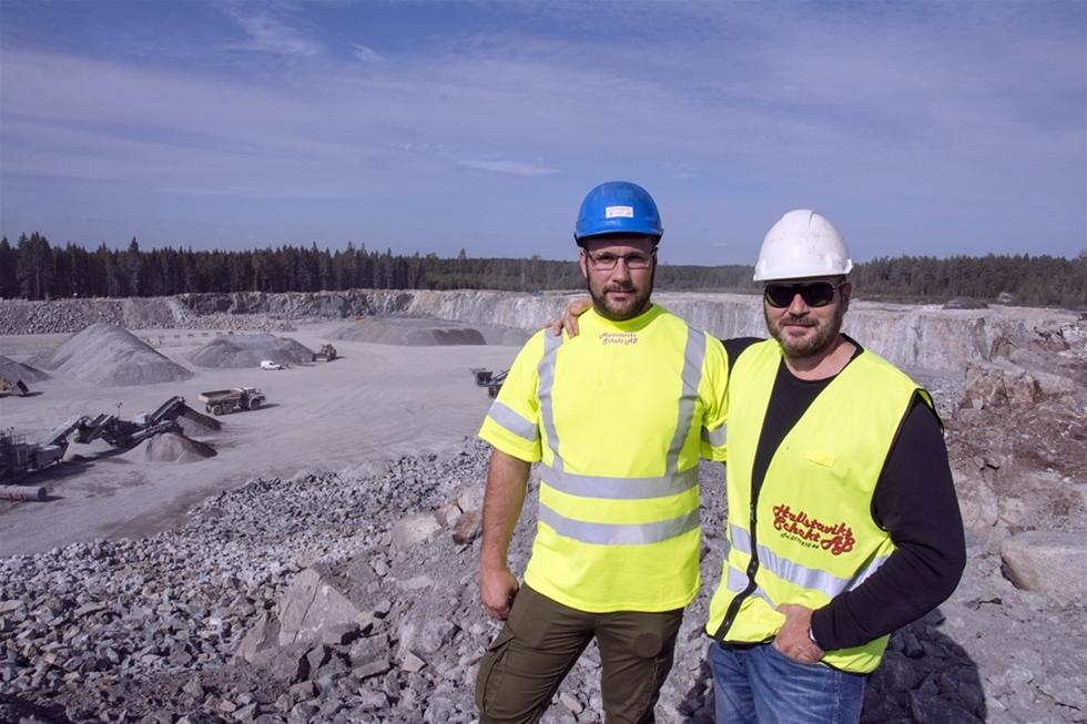 Det ser lekande lätt ut när det lossgjorda berget krossas till önskad fraktion. Och fort går det, så det krävs maskiner i den tyngre divisionen både för att mata krossverket och för att köra undan krossat material. – Normalt ligger produktionen på 800 - 900 ton per timme på den här linan. Använder vi förkrossen ensam är kapaciteten ytterligare 100 - 200 ton per timme, berättar Jonte Bergdahl, Hallstaviks Schakt AB:s arbetschef i Vällsta, norr om Stockholm.