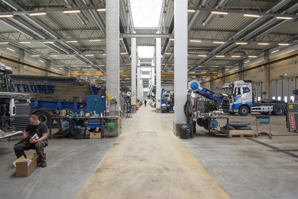Allt kan göras bättre, oavsett det gäller kvalitet, säkerhet eller produktivitet. Det vet både chaufförer, maskinister och inte minst de som servar och underhåller maskiner, fordon och redskap. Utifrån detta har Engströms i Örebro öppnat dörrarna till den egna verkstaden. Dotterbolaget TMCC har utvecklats till en fullrustad verkstads- och påbyggnadspartner, inklusive nytillverkning av redskap och transportlösningar.