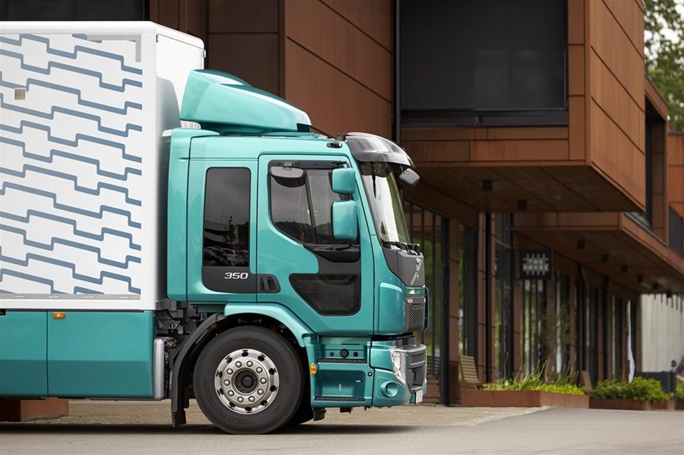 Nu lanseras Volvo FE med 350 hk/1 400 Nm och en ny framaxel för axeltryck på upp till nio ton. Det gör en av Volvo Lastvagnars mångsidigaste lastbilsmodeller till ett starkt alternativ även för mer krävande uppdrag inom distribution, avfallshantering och lätt anläggning. Volvo FE 350 är avsedd för tågvikter (GCW) upp till 44 ton.