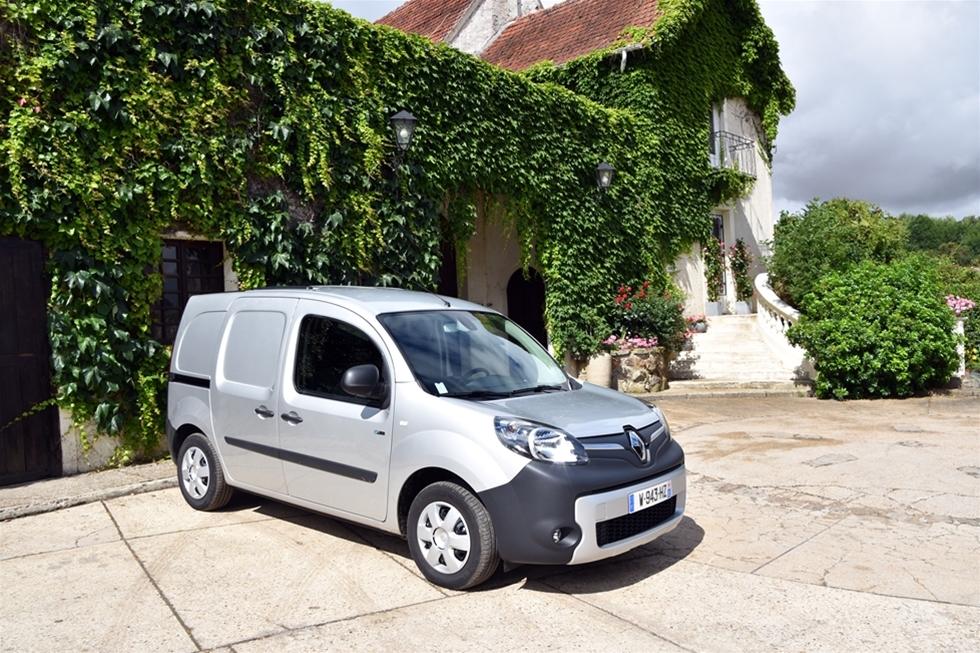 När Renault transportbilar visar en ny en ny Kangoo så handlar det om att ta sig fram. Så billigt, så miljömässigt – men framför allt så långt som möjligt. Med nya Renault Kangoo Z.E. så är räckvidden i kraftigt ökad jämfört med tidigare modell. – Den klarar 27 mil på en laddning, säger Gilles Normand, med inte så lite illa dold förtjusning, medan han klappar sin nya elbil, lite lätt på huven.