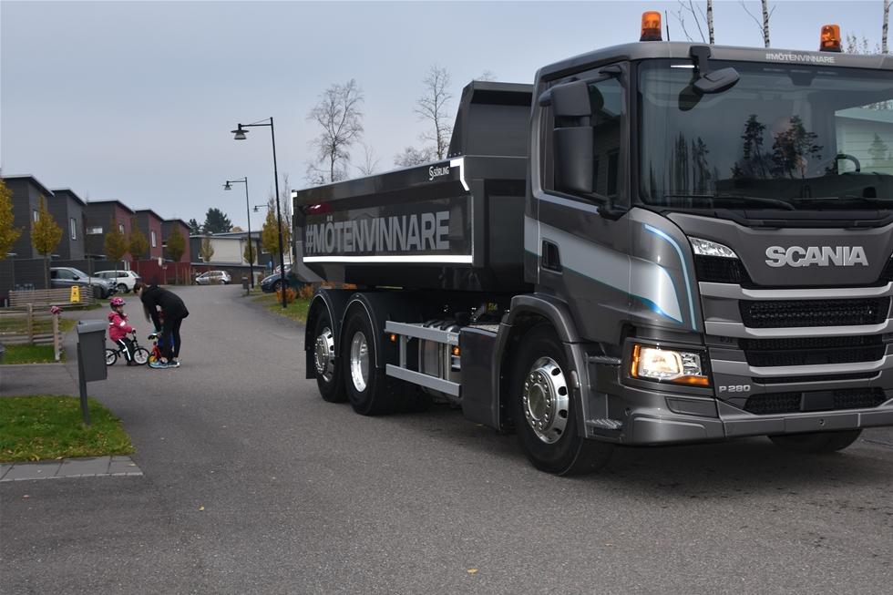 Den är inte särskilt stor, nya P280 från Scania. Men den är smidig och den är tyst – och den är förvånansvärt stark trots en slagvolym på endast sju liter. Med en lättviktsdumper från Sörlings, 12-stegad Opticruise högt växlad, en behaglig bakaxelutväxling och styrd stödaxel är den som gjord för anläggningsuppdrag på närmare håll – eller varför inte stadsmiljö…
