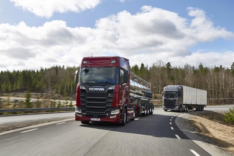 Scania fortsätter att surfa på framgångsvågen med sin nya generation lastbilar, som introducerades i augusti i Paris för ett år sedan. Nu kommer nya motorer, åttor i lagom vinkel förstås, och lika säkert med senaste Euro 6-reningen. De lanseras i tre effektnivåer. Och företaget garanterar att det mesta är nytt. Men den unika Scania-känslan finns kvar i säkert behåll.