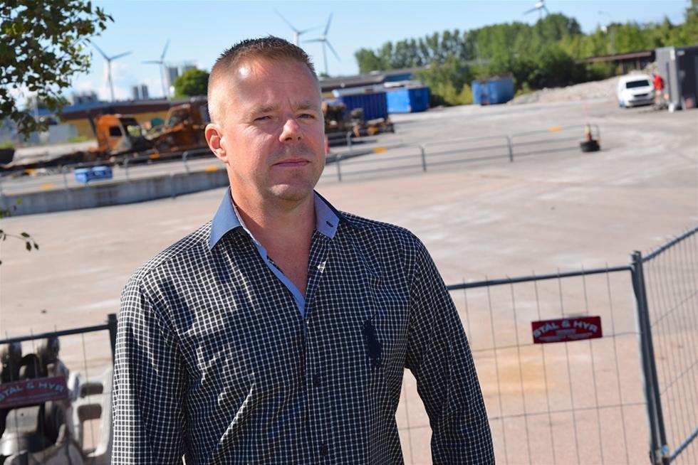 En hög med gammal betong och några eldhärjade lastbilar. Det är allt som är kvar på tomten där Sigurd Anderssons i Falkenberg i decennier drivit åkeri, terminal och lagerverksamhet. Lokalerna förstördes i en häftig brand som av allt att döma var anlagd. – Jag ska igång igen, säger Torbjörn Andersson, vd.