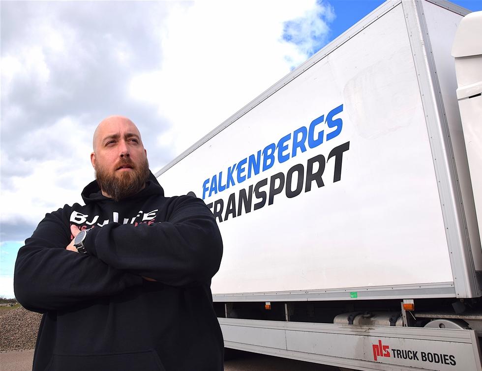 – Det kommer att bli sämre innan det blir bättre. Det går inte ens att ens få tag på dåliga chaufförer. Tyvärr. Så säger Markus Josefsson, vd för Falkenbergs Transport.