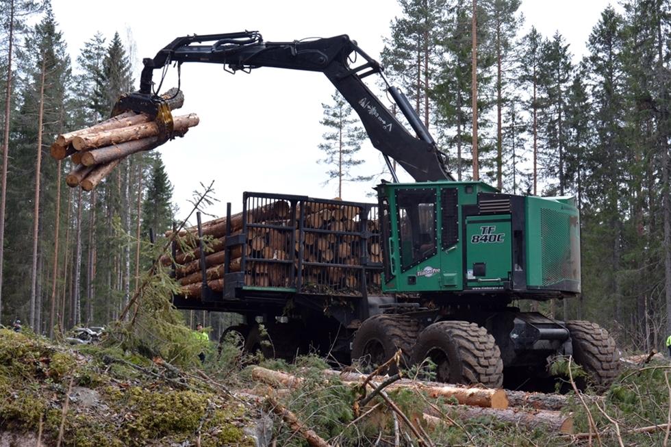 Det har krävts en del anpassningar och ombyggnader, men nu tycker Sveaskog att åttahjuliga kombimaskinen från Timberpro gör ett bra jobb som både skördare och skotare. – Jämför vi de totala kostnaderna fritt bilväg så hamnar konceptet i nivå med tvåmaskinsystem. Till detta kommer fördelen att förarna både skördar och skotar. Det ger stor flexibilitet och uppskattas av våra förare, säger Lennart på Sveaskog.
