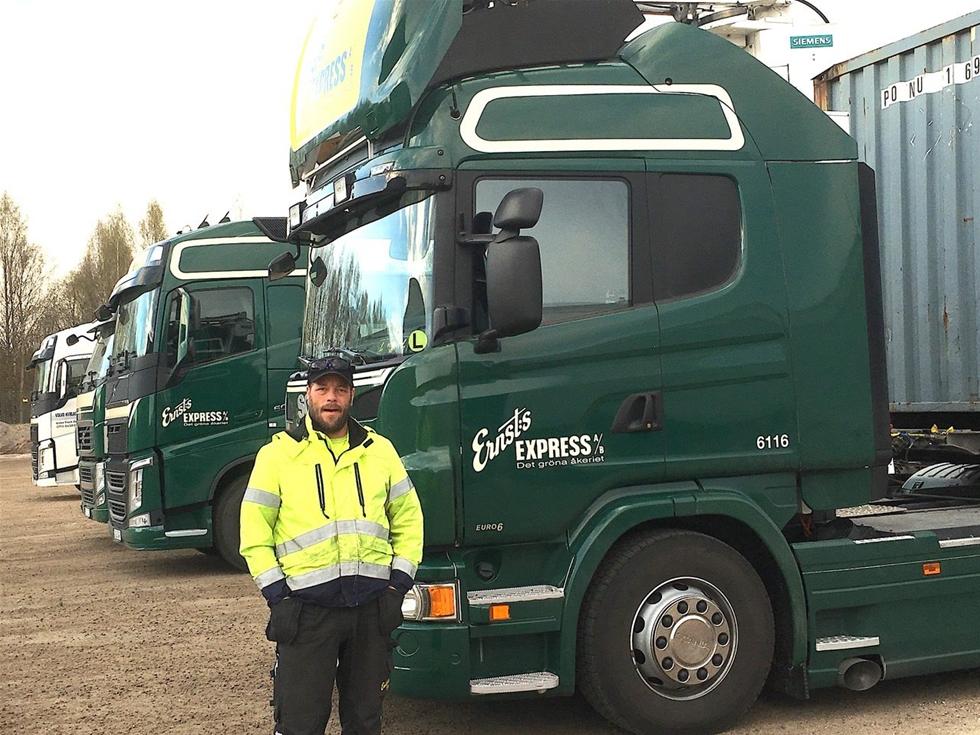 Med ett nytt system för inregistrering har SSAB i Oxelösund ökat säkerheten och förbättrat arbetsmiljön – såväl innanför grindarna som utanför. Vinnare är alla lastbilschaufförer och den egna personalen. – Nu har vi bättre koll och släpper inte in fler bilar än vad vi klarar, säger mannen bakom förändringen, Jonas Norén, chef för order- och transportplanering.
