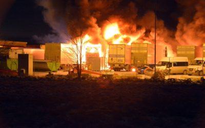 Åtta lastbilar förstördes i våldsam brand