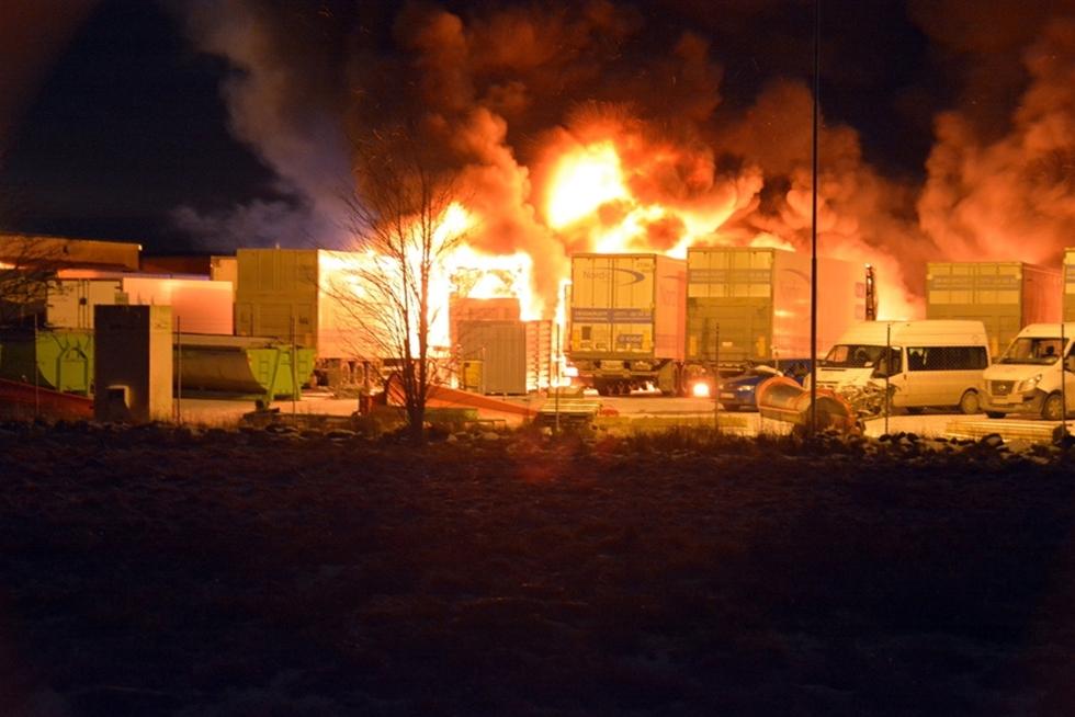 Åtta lastbilar totalförstördes i en våldsam brand på ett inhägnat område mitt i natten. – Vi utreder händelsen som mordbrand, säger Ben Wahlin, polisens förundersökningsledare.