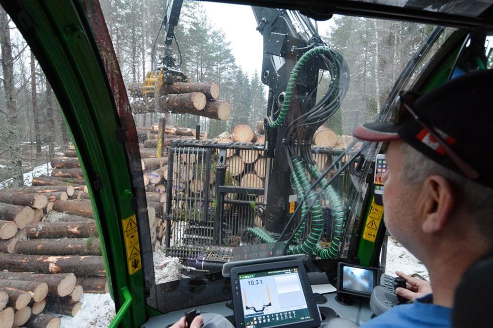 Efter mer än 40 år i skogsbrukets tjänst fick Sören Huzelius en maskin med kranspetsstyrning. – Jag upplevde ingen tröskel till den nya tekniken, snarare tvärtom. Här handlar det inte om att vänja sig vid något nytt, utan om att vänja sig av med det gamla. Och det går fort, försäkrar han. För Sören har kranspetsstyrningen gett en mer vilsam körning. Därutöver ger tekniken vinster i produktivitet och bränsleeffektivitet.