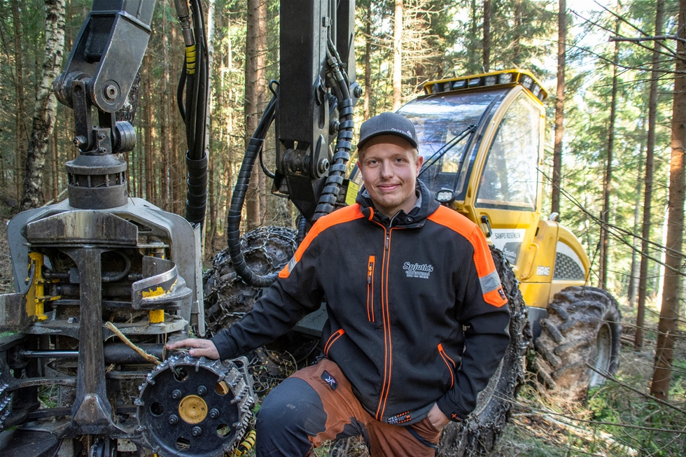 För Per-Erik, Martin och Mattias Spjuth i Nora är det en drivkraft att skapa framtidens skogar. Entreprenaderna är helt inriktade på gallringsuppdrag, som utförs med beståndsgående skördare i kombination med matchande skotare. Maskinparken är dubbelt finsk, för både skördaren och skotaren kommer från Sampo Rosenlew.