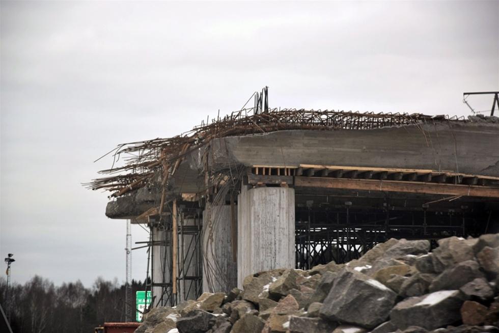 Först hördes knäppande ljud under gjutformen till den nya ekodukten. Stöttor höll på att ge vika. Nu rivs delar av bron, som ska förbättra för djuren att ta sig över vägen. – Men den kommer inte att försenas eller bli dyrare, hävdar Anna Johansson, kommunikatör på Trafikverket.