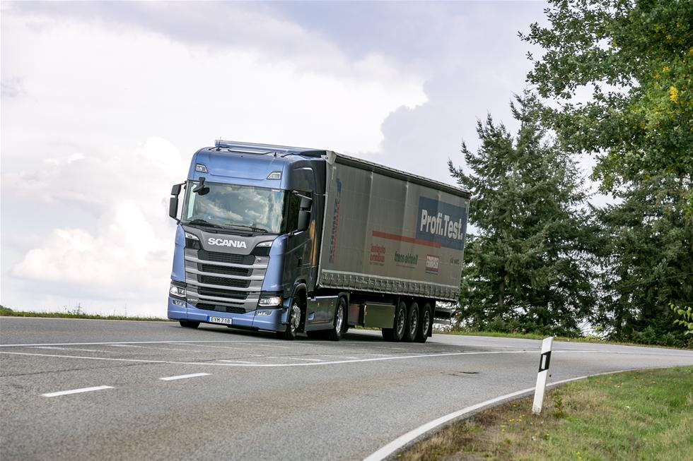 Scanias nya hyttserie, ja hela nya generationen Scania gör ingen besviken. Inte sedan T-serien har Scania använt sig av ett plant golv, men även om S-Highline CS20H är högre i sig, så är den mer harmonisk och naturligt utformad än tidigare Topline hytter. Och insteget går galant med fyra steg och bra handgrepp. Här kasserar Scania toppoäng.