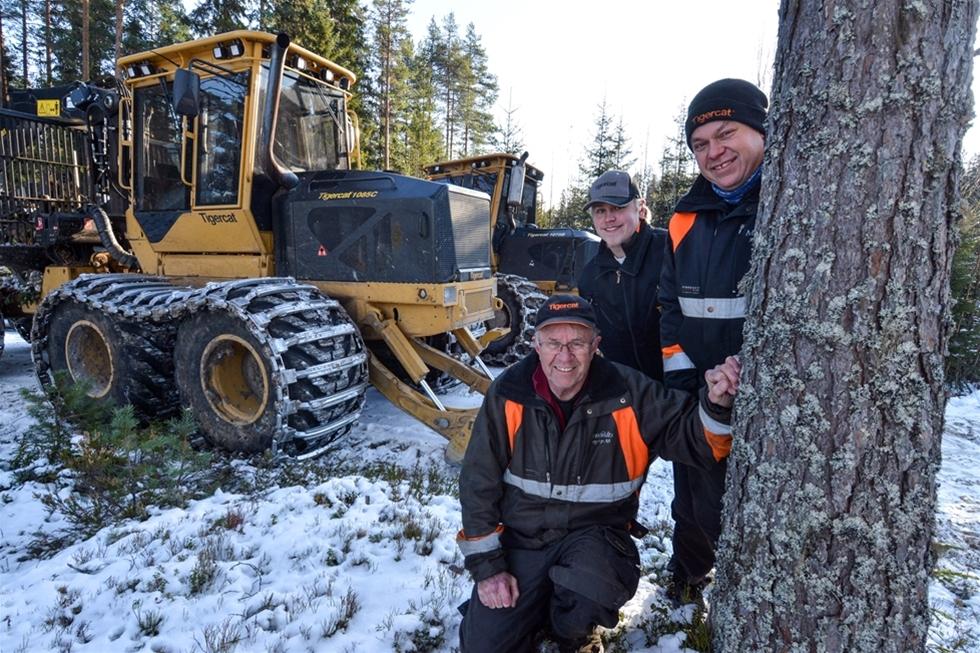 När tre generationers Mossfeldt skotar virke så görs det med besked. Lars-Erik, Roland och Henrik rullar ut på slutavverkningarna med en 20- och en 25-tonsskotare från kanadensiska Tigercat. – Visst möter vi kritiska röster om stora skotare, men det faktiska resultatet får fördomarna på fall. Åtta hjul och långa boggier gör maskinerna vänliga mot markerna. Dessutom ger det en härlig följsamhet och komfort, säger Lars-Erik.